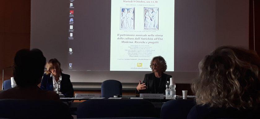 Donatella Restani e Nicoletta Guidobaldi introducono la conferenza sul patrimonio musicale